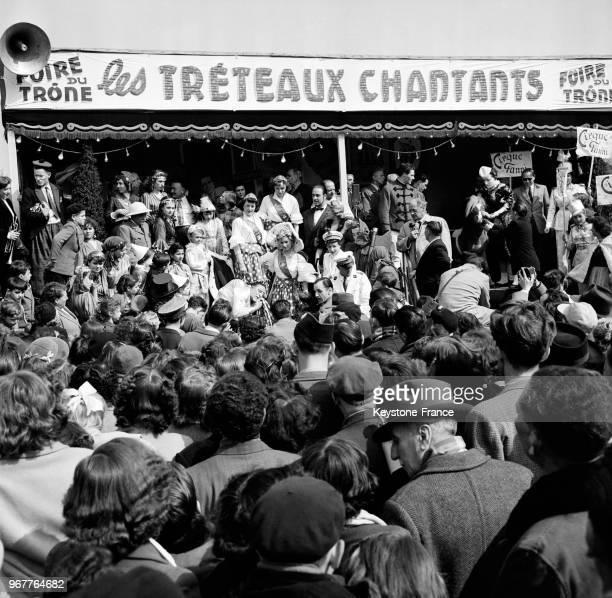 A l'issue de la cérémonie de couronnement Janine Paillet reine des forains parcourt la Foire du Trône au bras de son père à Paris France le 16 avril...