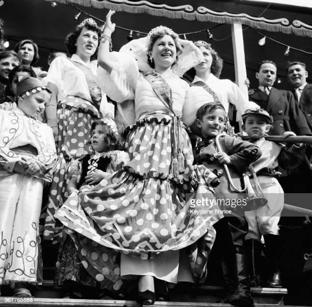A l'issue de la cérémonie de couronnement Janine Paillet reine des forains salue la foule présente à la Foire du Trône à Paris France le 16 avril 1953