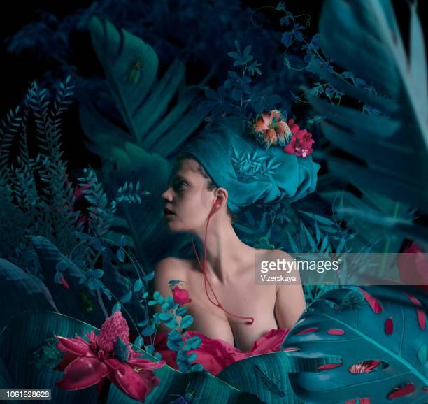escuchar el corazón - mujer desnuda naturaleza fotografías e imágenes de stock