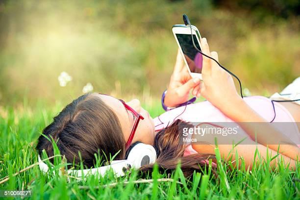 Hören Sie Musik in einer Wiese