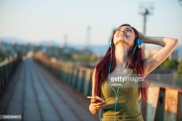 écoute de la musique - gogo danseuse photos et images de collection