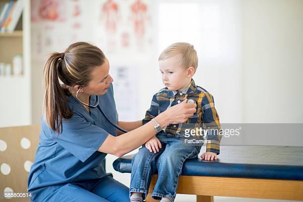 Lauschen Sie eine kleine Jungen Heartbeat