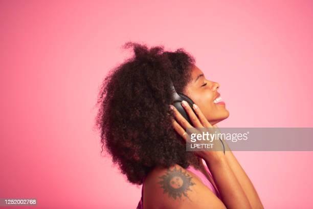naar muziek luisteren - popmuzikant stockfoto's en -beelden