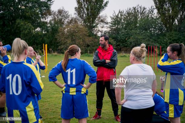 listening to the coach - sports team stock pictures, royalty-free photos & images