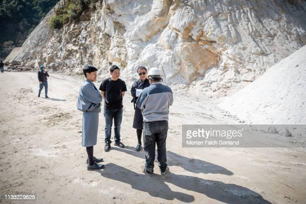 listening to the engineer in trongsa, bhutan. - trongsa district stockfoto's en -beelden
