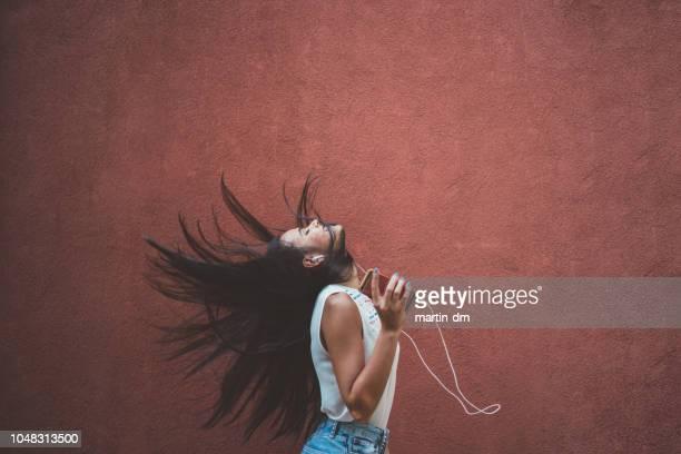 écouter de la musique - gogo danseuse photos et images de collection