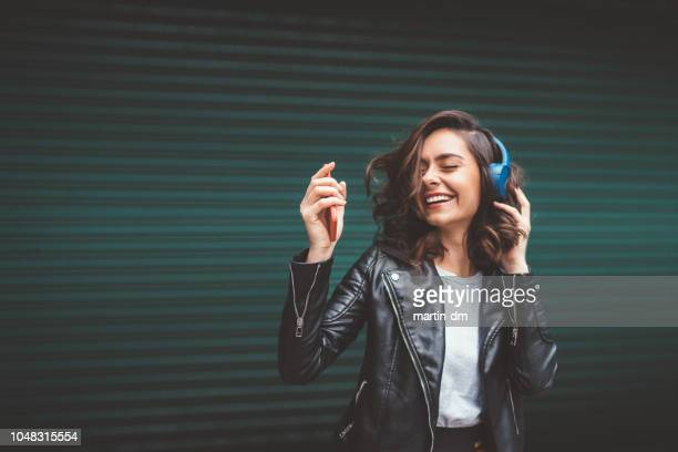 listening to the music - headphones stock pictures, royalty-free photos & images