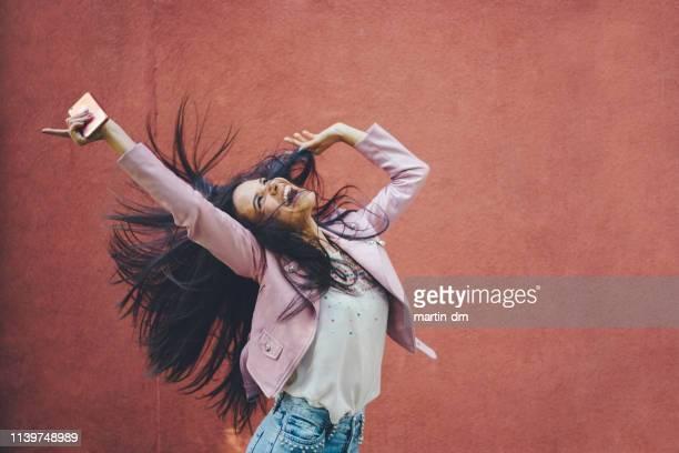 ecouter la musique - gogo danseuse photos et images de collection