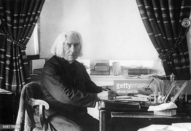 Liszt Franz Composer Pianist Hungary *2210181131071886 Portrait in his appartment in Weimar um 1884 Photographer Louis Held Published in 'Radio...