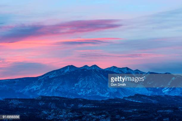 lit clouds over la sal mountains - don smith foto e immagini stock