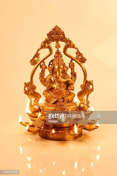 a lit idol of ganesh - dieu hindou photos et images de collection