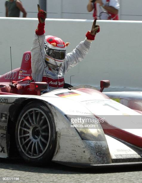 l'Italien Emanuele Pirro pilote de l'Audi n·1 avec l'Allemand Franck Biela et le Danois Tom Kristensen lève les bras au ciel le 16 Juin 2002 en...