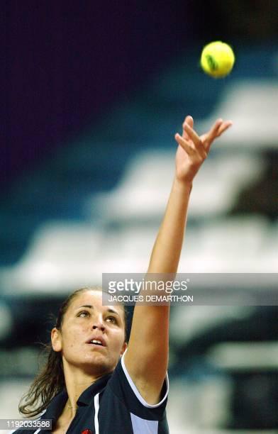 l'Italienne Rita Grande arme son service face à la Russe Elena Dementieva le 06 février 2003 au stade Pierre de Coubertin à Paris lors du deuxième...
