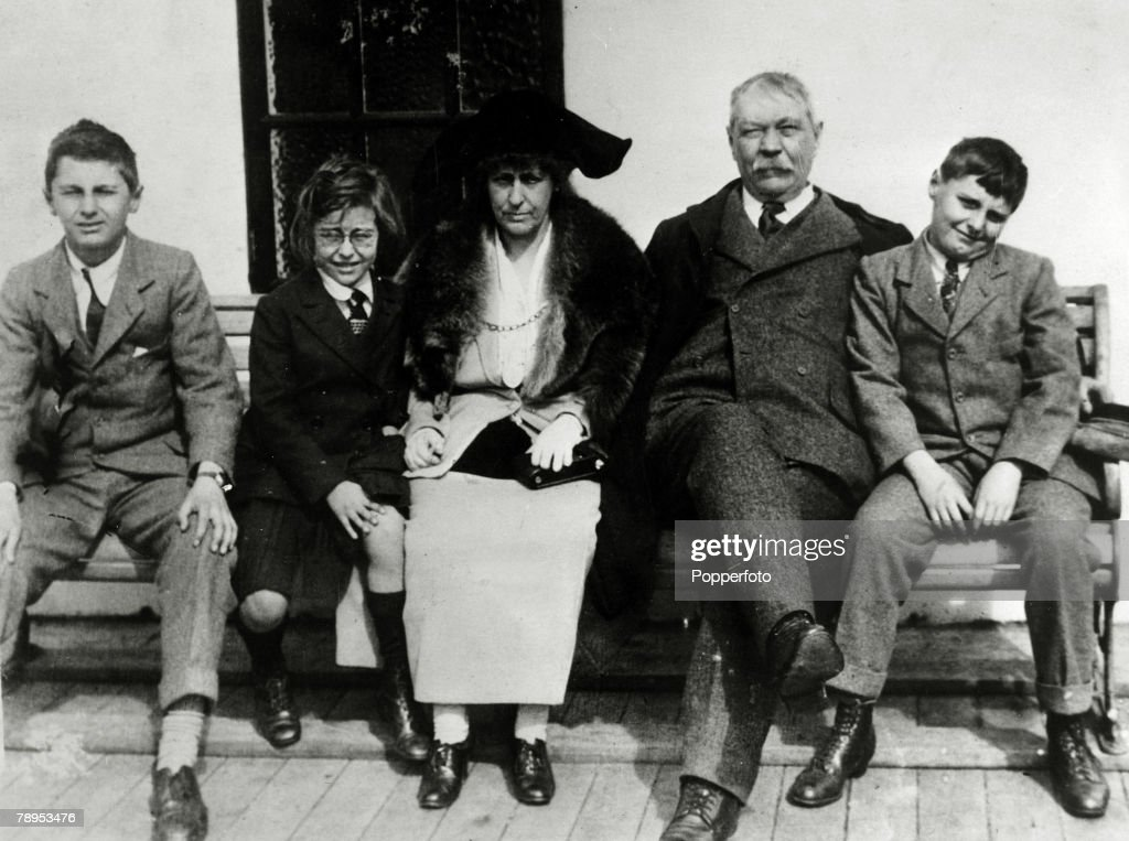 Literature. Personalities. pic: circa 1920. Sir Arthur Conan Doyle , Lady Jean Conan Doyle and their family Dennis, Lena and Adrian. Sir Arthur Conan Doyle, (1859-1930) Scottish writer of detective stories and historical romances and the creator of Sherlo : Photo d'actualité