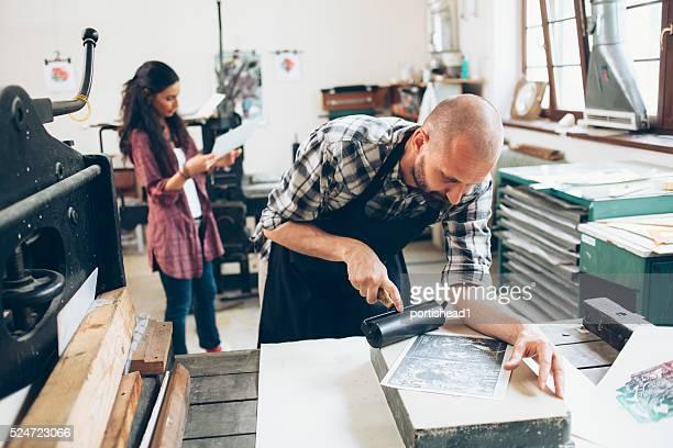 Lithographie Arbeitnehmer, die Muster im workshop