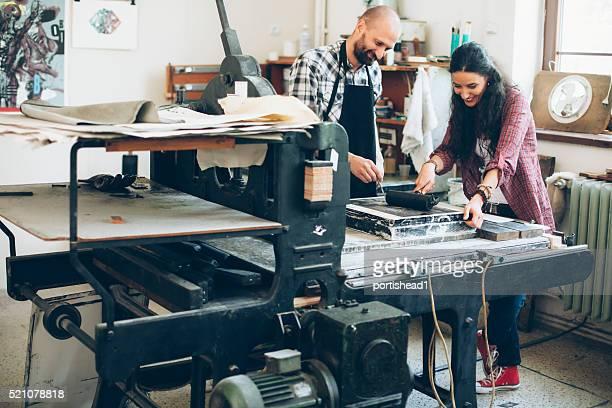 Lithographie Arbeitnehmer mit Rollen und Druckmaschine