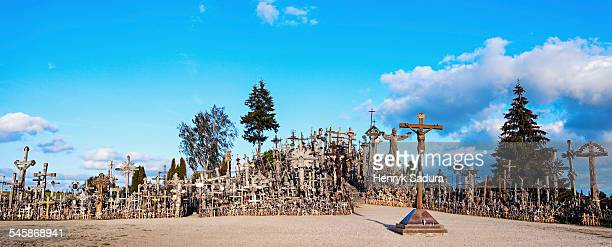 lithuania, siauliai, hill of crosses under cloudy sky - lituanie photos et images de collection