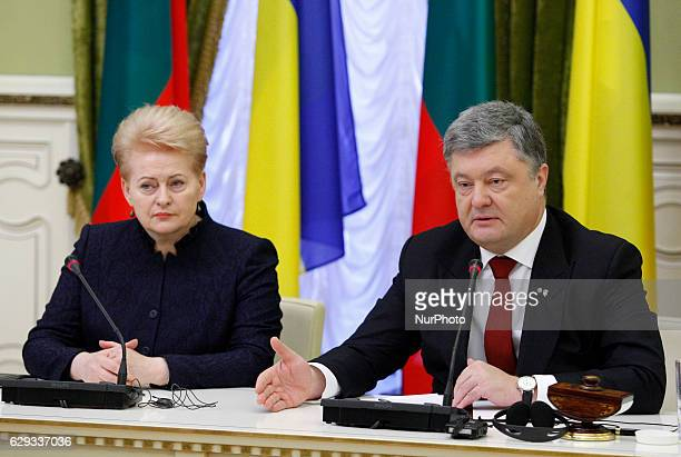 Lithuanian President Dalia Grybauskaite and Ukrainian President Petro Poroshenko attend a press conference after their meeting in Kiev, Ukraine, 12...