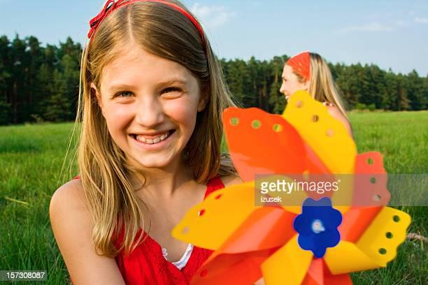 Kleine Mädchen mit Papier-Windmühle