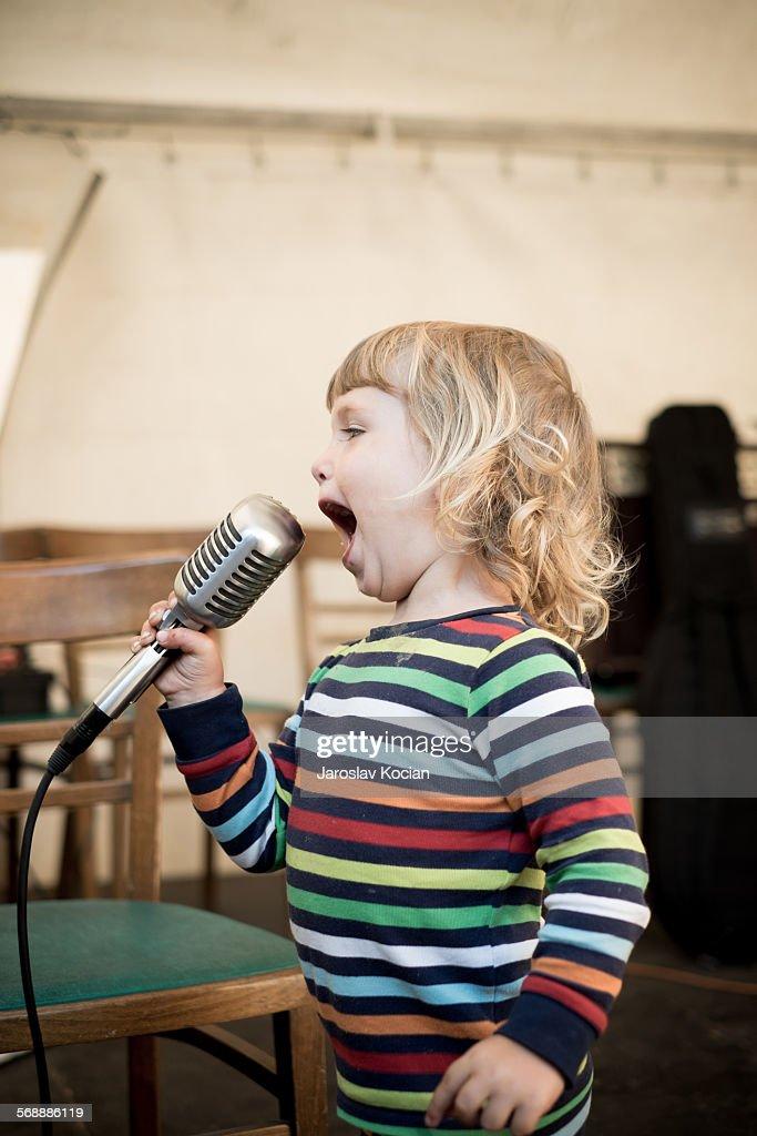 Litlle singer : Stock Photo