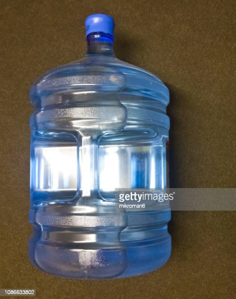 20 litre pack mineral water bottle - água purificada imagens e fotografias de stock