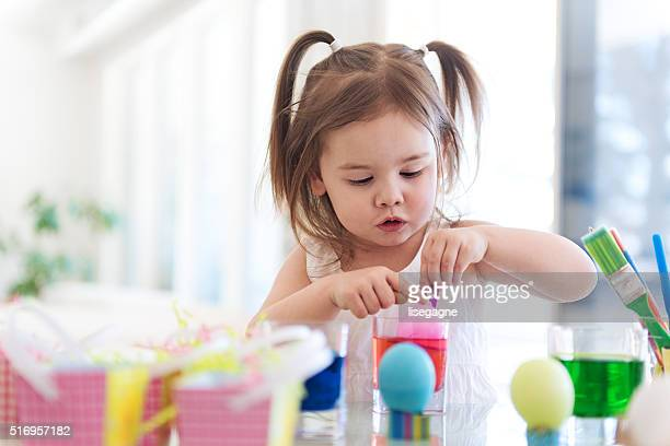 Litte Mädchen Malen Ostereier