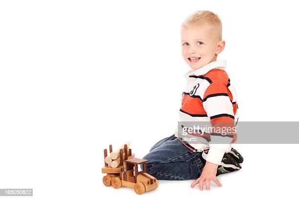 little 3 anni giocando con il suo nuovo camion legno - 2 3 anni foto e immagini stock