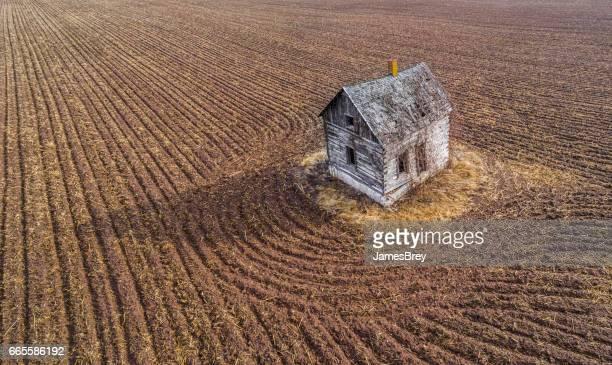 Wenig, aufgegeben, Gehöft Haus auf einer Insel in der Zeit.