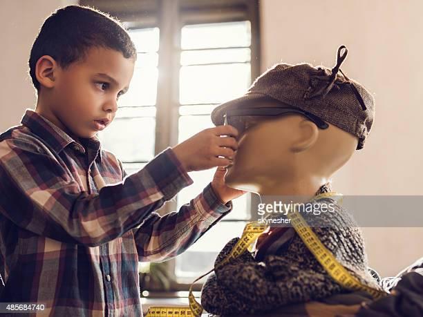 Little-americano designer de moda, trabalhando na manequim.