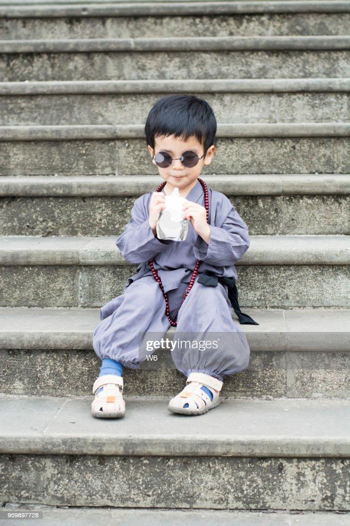 kleinen Lehrling Mönch trinkt : Stock-Foto