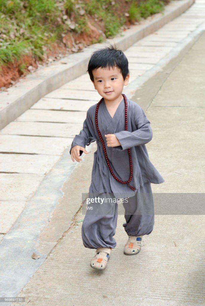 kleinen Lehrling Mönch läuft : Stock-Foto