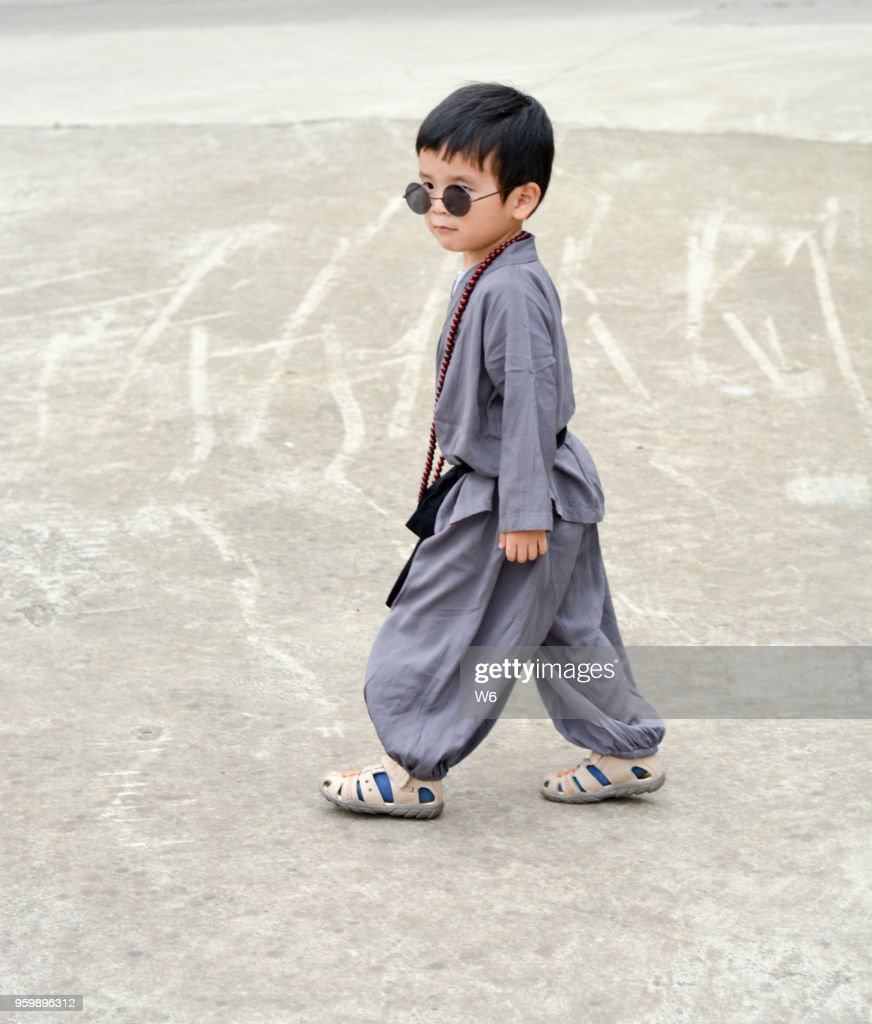 kleinen Lehrling Mönch mit Sonnenbrille : Stock-Foto