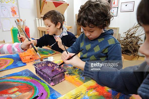 Little artiste affichant sa créativité
