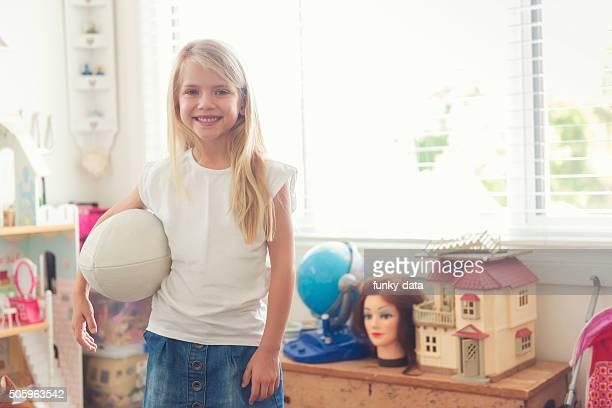 Petite fille avec l'Australie de rugby bal