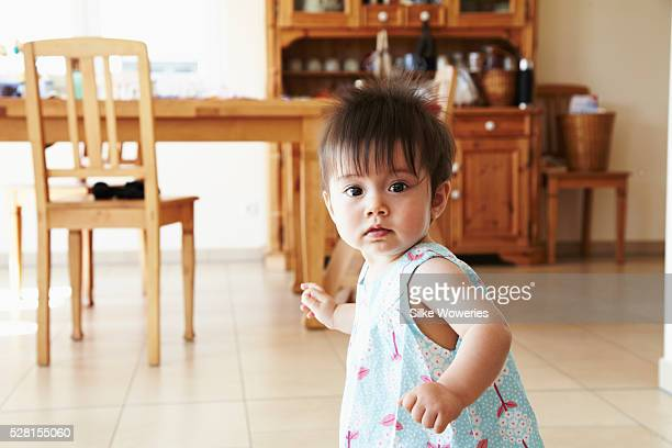 little baby girl (6-11 months) in kitchen - 6 11 months stock pictures, royalty-free photos & images