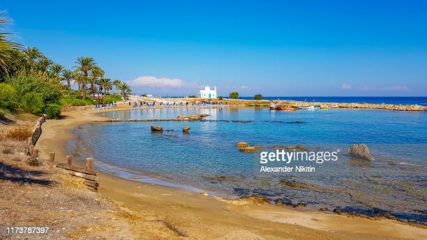little beach in cyprus in november - repubiek cyprus stockfoto's en -beelden