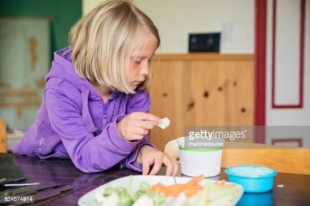 """niña rubia comiendo vegetales crudos en el país. - """"martine doucet"""" or martinedoucet fotografías e imágenes de stock"""