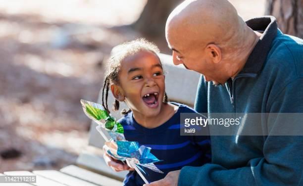 niñito y padre jugando con juguetes de rueda - personas sin dientes fotografías e imágenes de stock