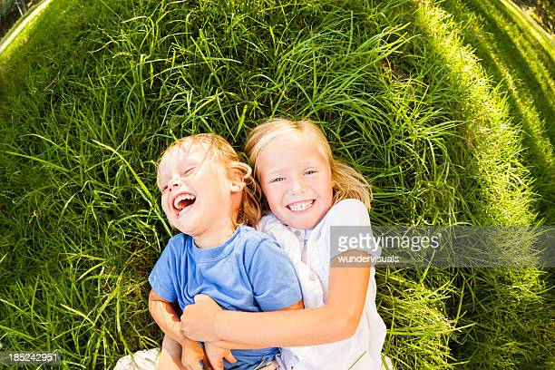 Kleine Jungen und Mädchen spielen zusammen