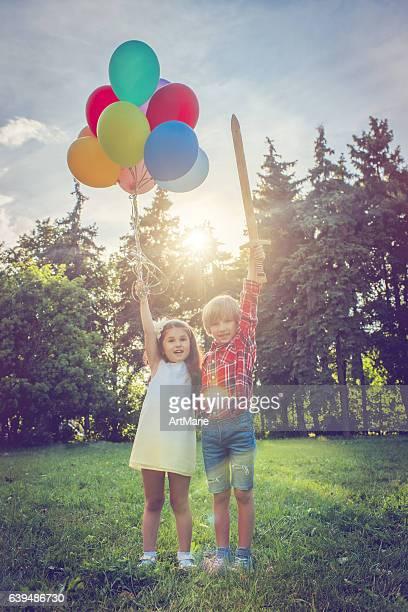 Kleine Jungen und Mädchen mit Luftballons