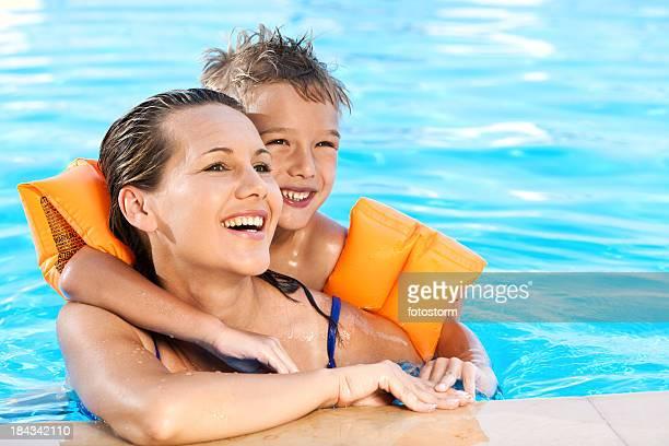 Jungen und seine Mutter Entspannen am Swimmingpool