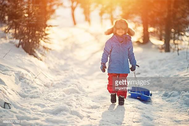 Kleiner Junge und seine Schlitten im winter worest.