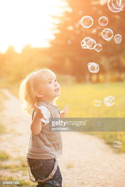 Little boy und soap bubbles