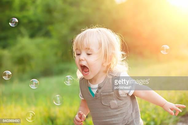Little boy und soap bubbles