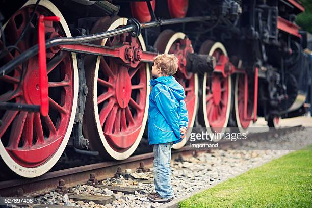 little boy und das steam locomotive - history stock-fotos und bilder