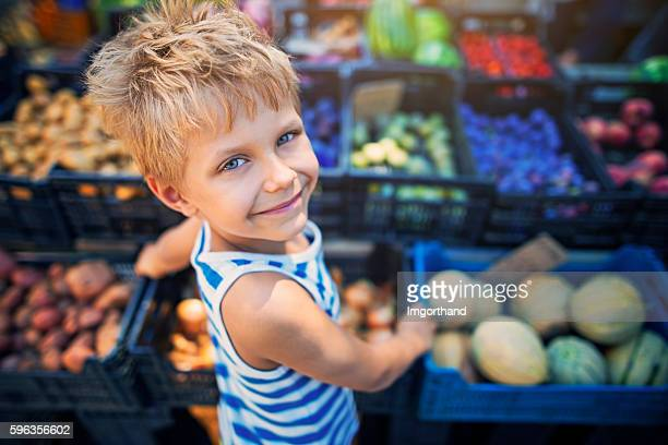 little boy at the italian farmer's market - markt stockfoto's en -beelden