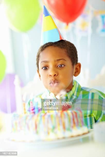 Petit garçon souffler les bougies pour son anniversaire