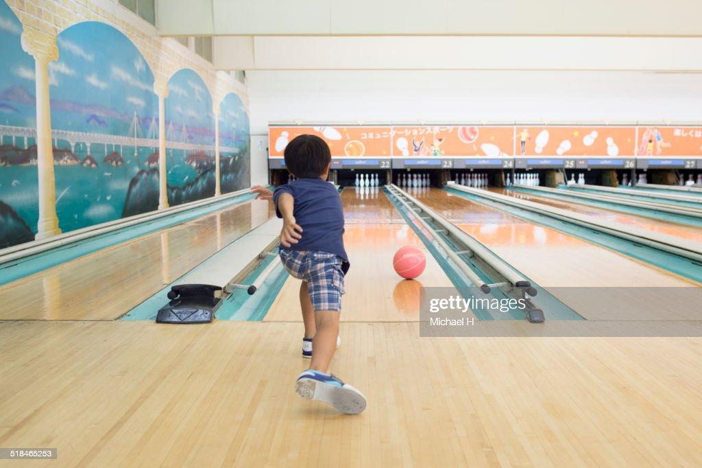Little Boy Bowler : Stock-Foto