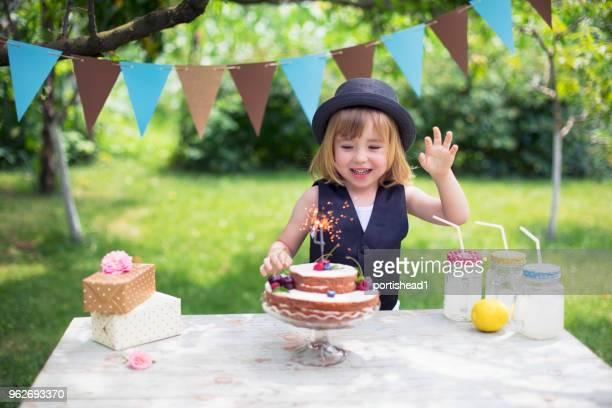 Kleine Junge feiert Geburtstagsparty