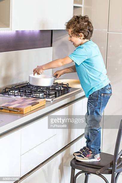 少年を鍋料理 - pjphoto69 ストックフォトと画像